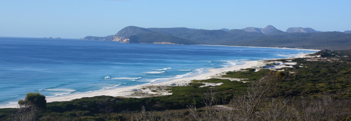 vue de friendly beaches tasmanie